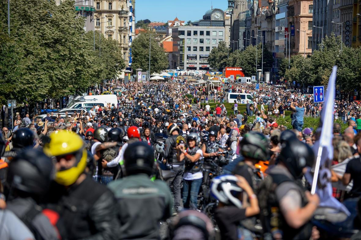 Účastníci spanilé jízdy Harley-Davidson zaplnili Václavské náměstí