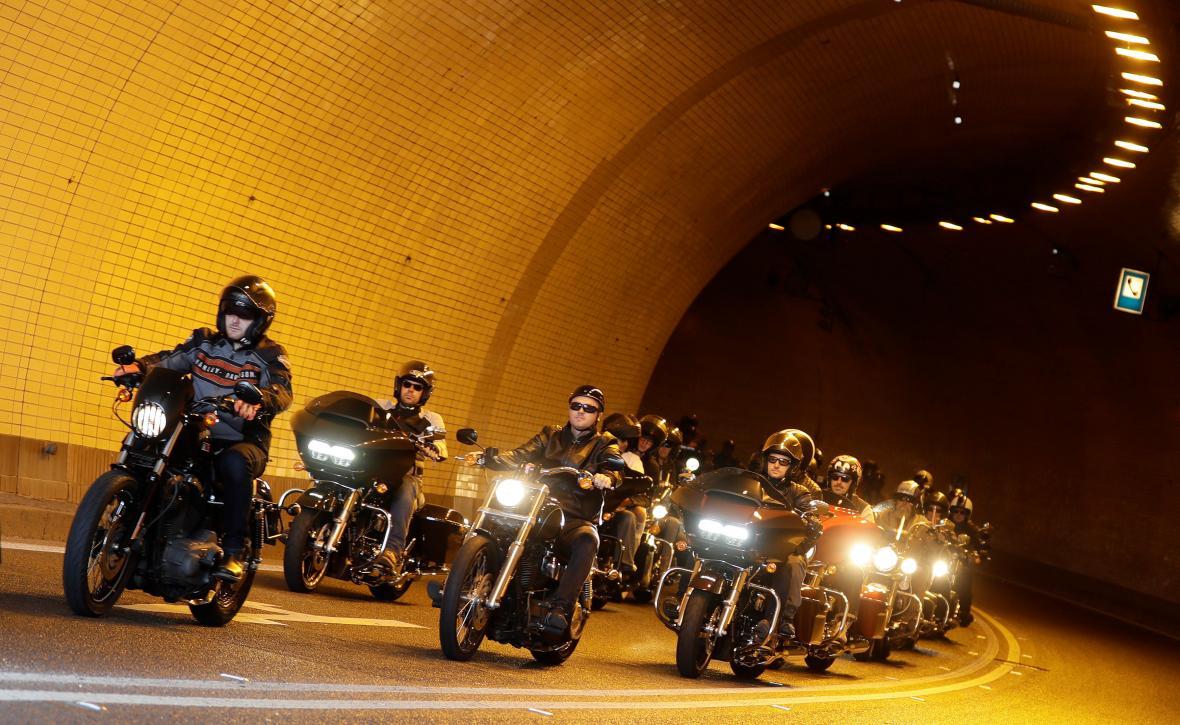 Spanilá jízda Harley-Davidson v centru Prahy