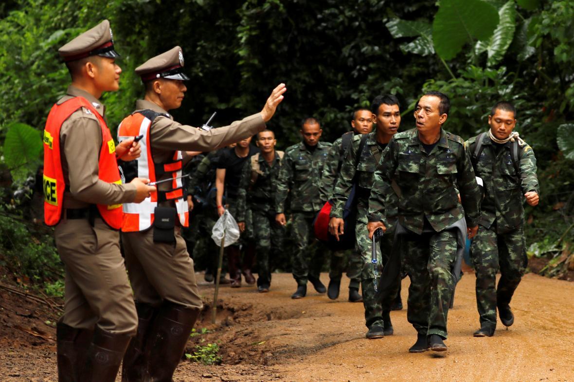 Thajští vojáci podílející se na záchraně dvanácti chlapců ze zatopeného jeskynního komplexu