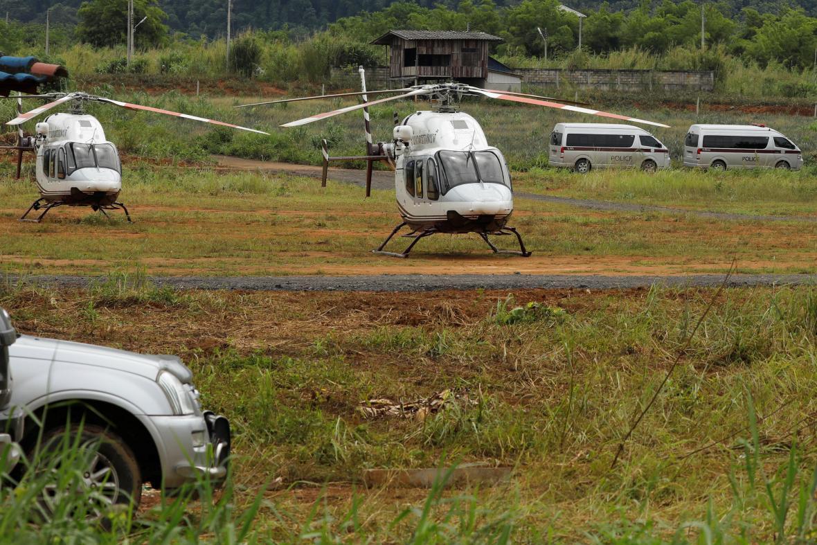 Helikoptéry připravené na transport vyproštěných thajských chlapců