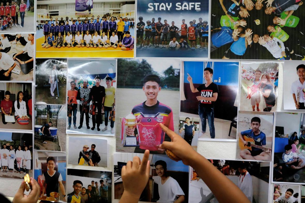 Fotografie chlapců uvězněných v jeskyni na severu Thajska