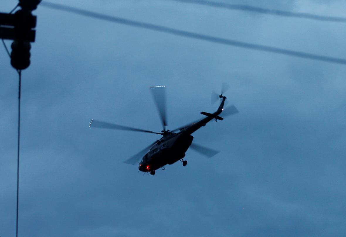 Vojenský vrtulník transportuje vysvobozené chlapce do nemocnice