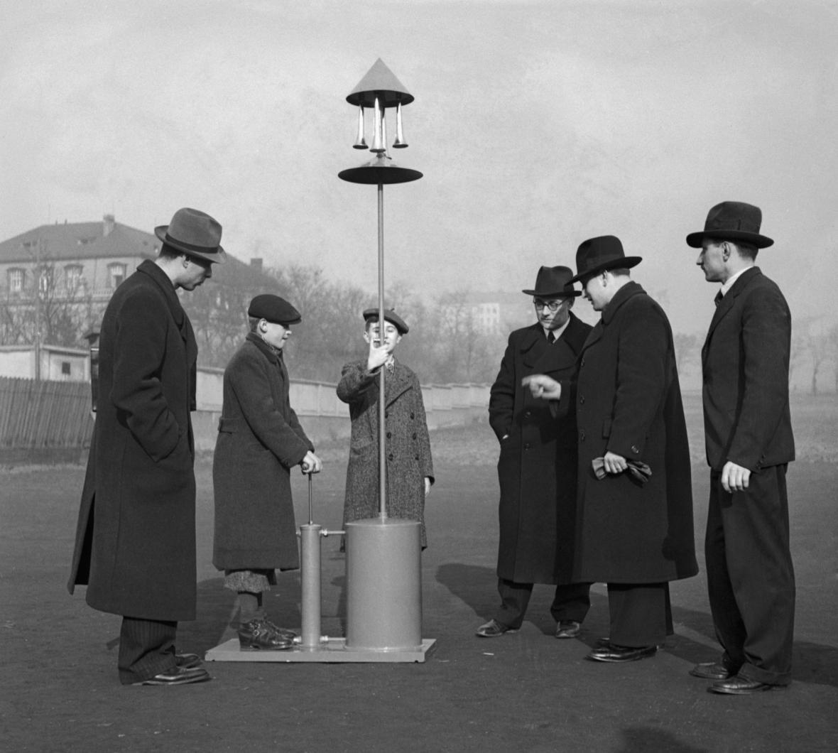 Ruční poplachová siréna (1938 v Československu) - vynález parašutisty Reslera