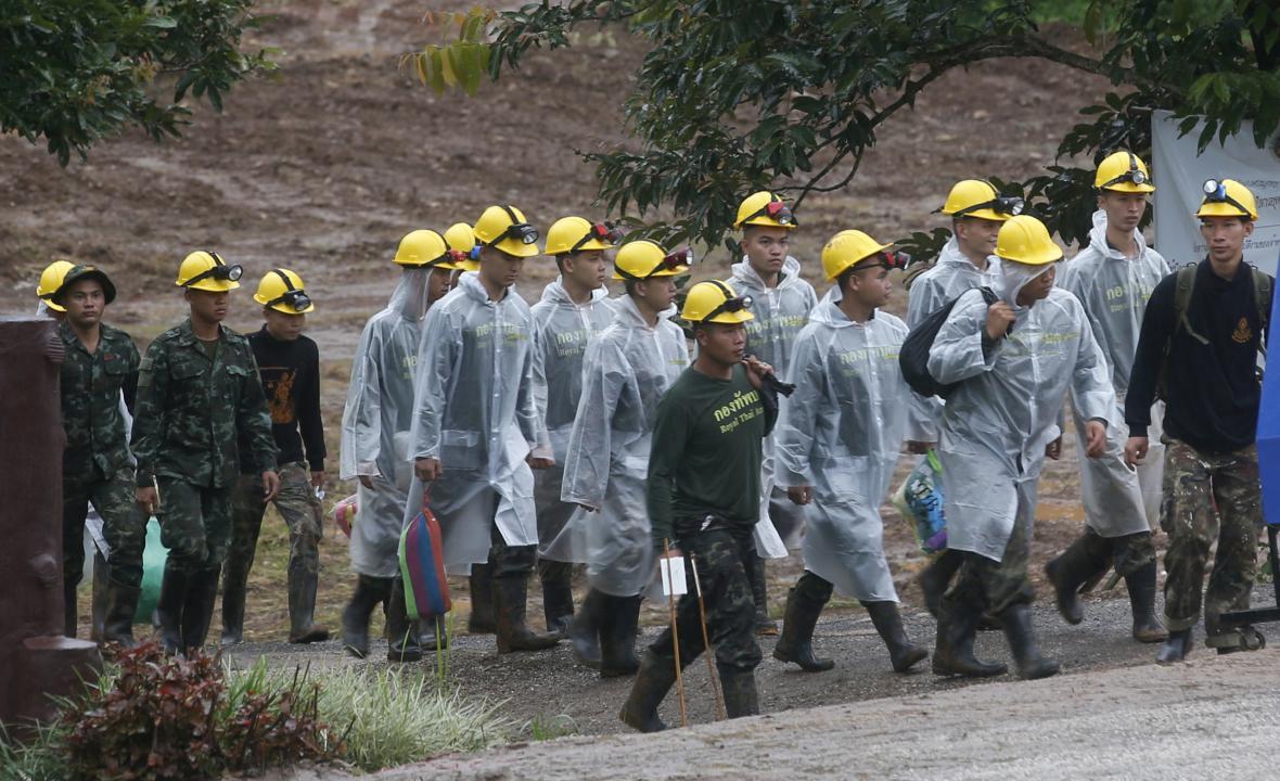 Záchranáři vyráží k záchraně posledních pěti uváznutých