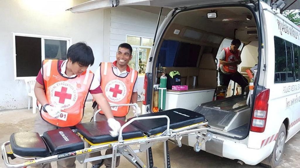 Záchranáři se připravují na transport chlapců do nemocnice