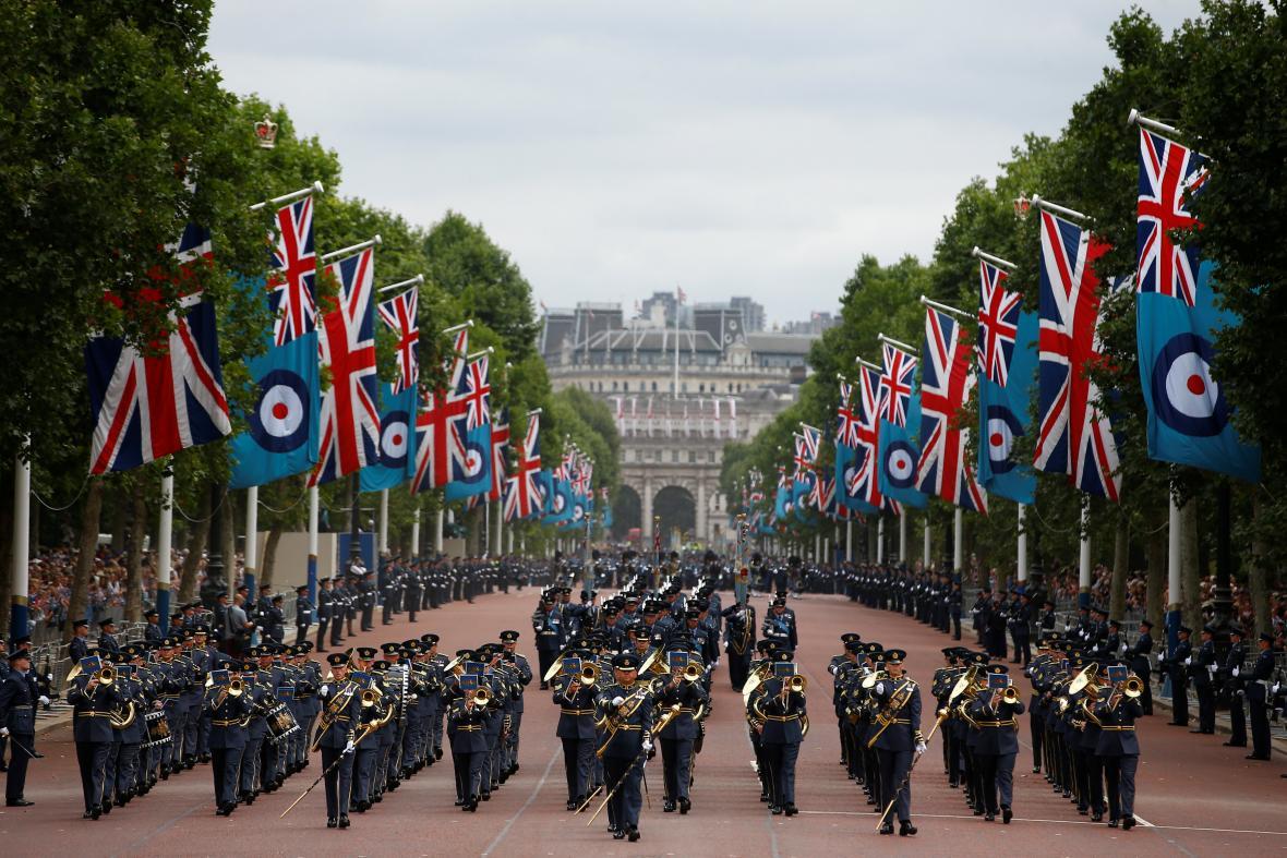 Pochod při příležitosti 100 let existence RAF
