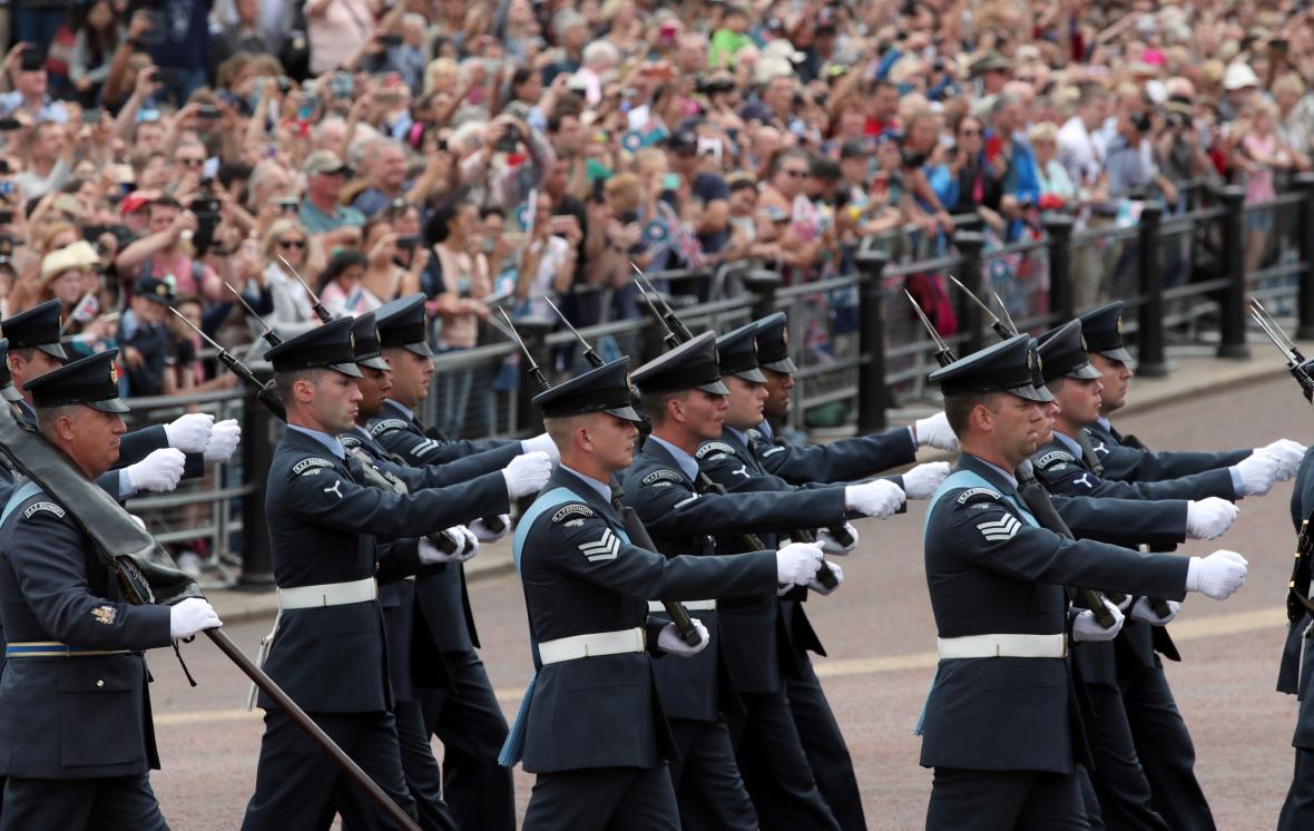 Pochod při příležitosti oslav sto let RAF