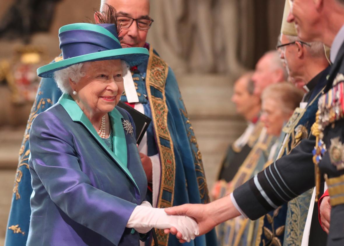 Královna Alžběta II. při ceremonii v rámci oslav sto let RAF