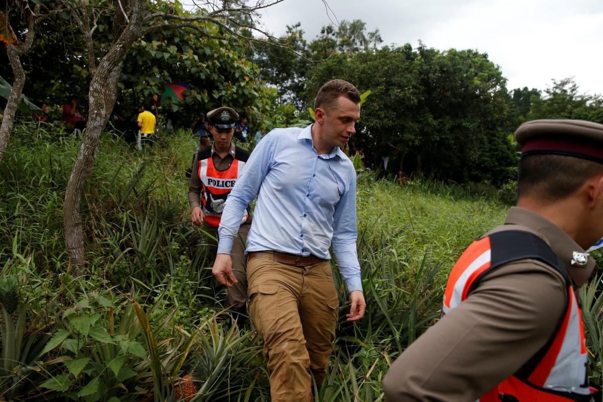 Novinář zadržený policií za to, že v místě zásahu pilotoval dron