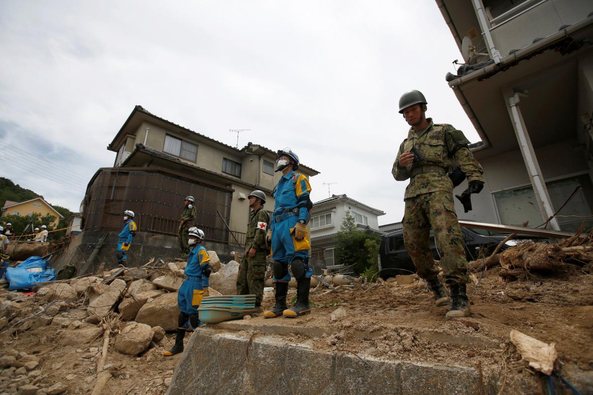 Hledání obětí záplav v Japonsku