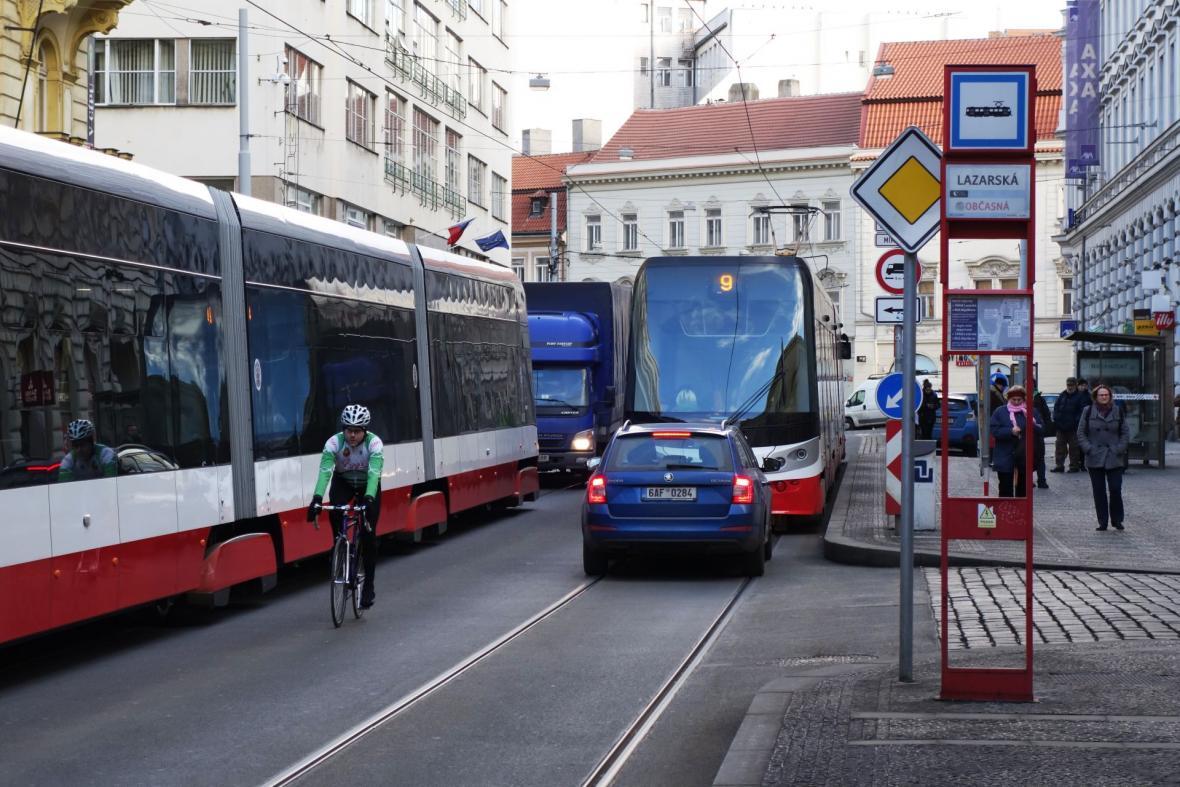 Lazarskou ulicí dosud projížděli hlavně zkušenější cyklisté, nově budou muset všichni