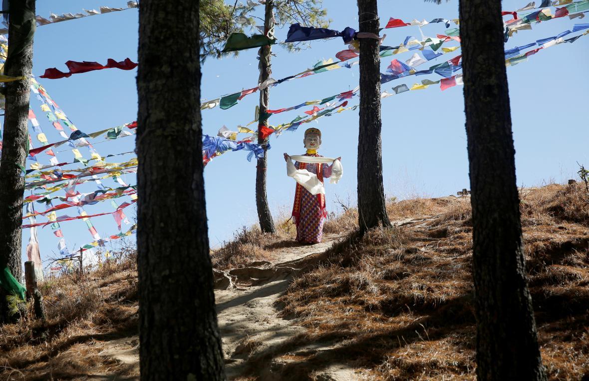 Tanečník v převleku na hoře u Thimphu