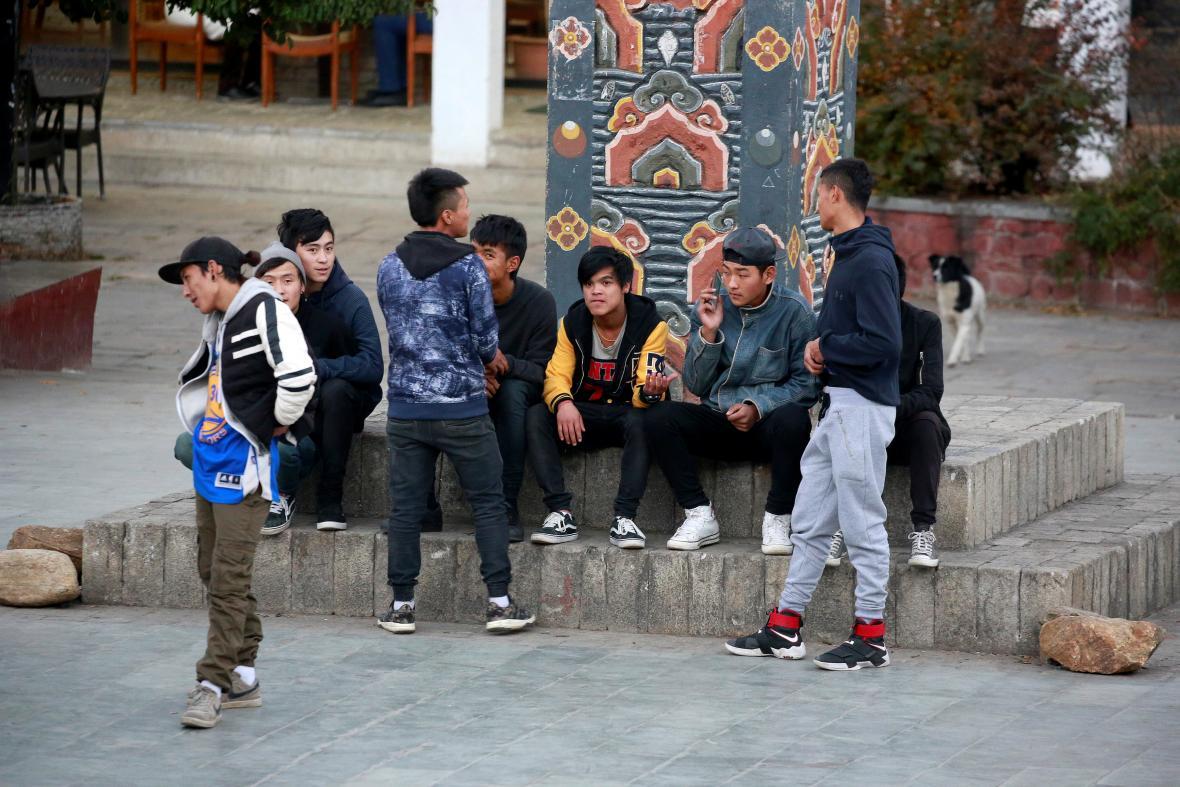 Mladí Bhútánci v centru Thimphu