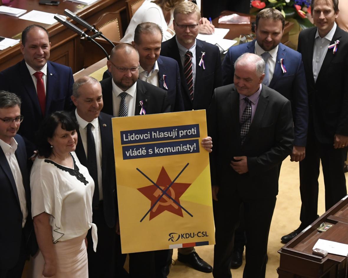 Poslanci KDU-ČSL s transparentem
