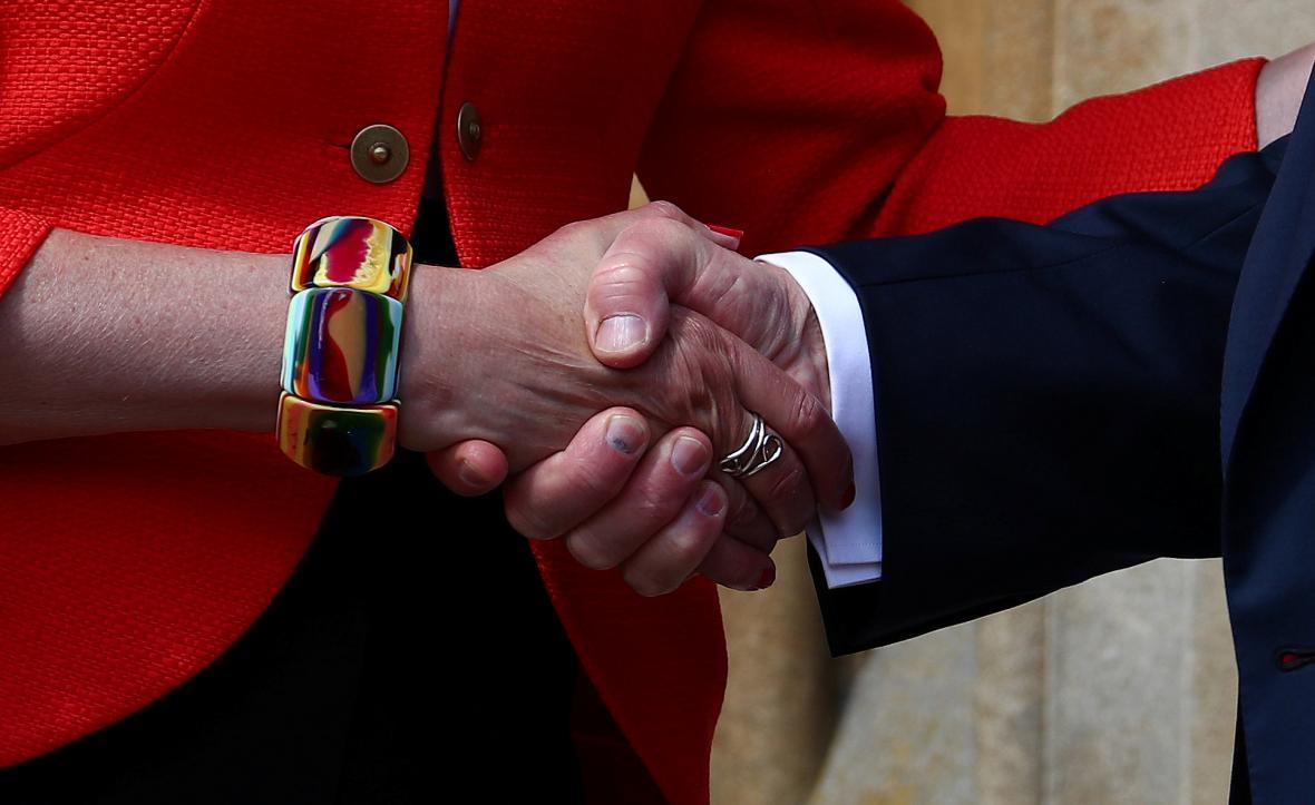 Trump s Mayovou si potřásli rukou