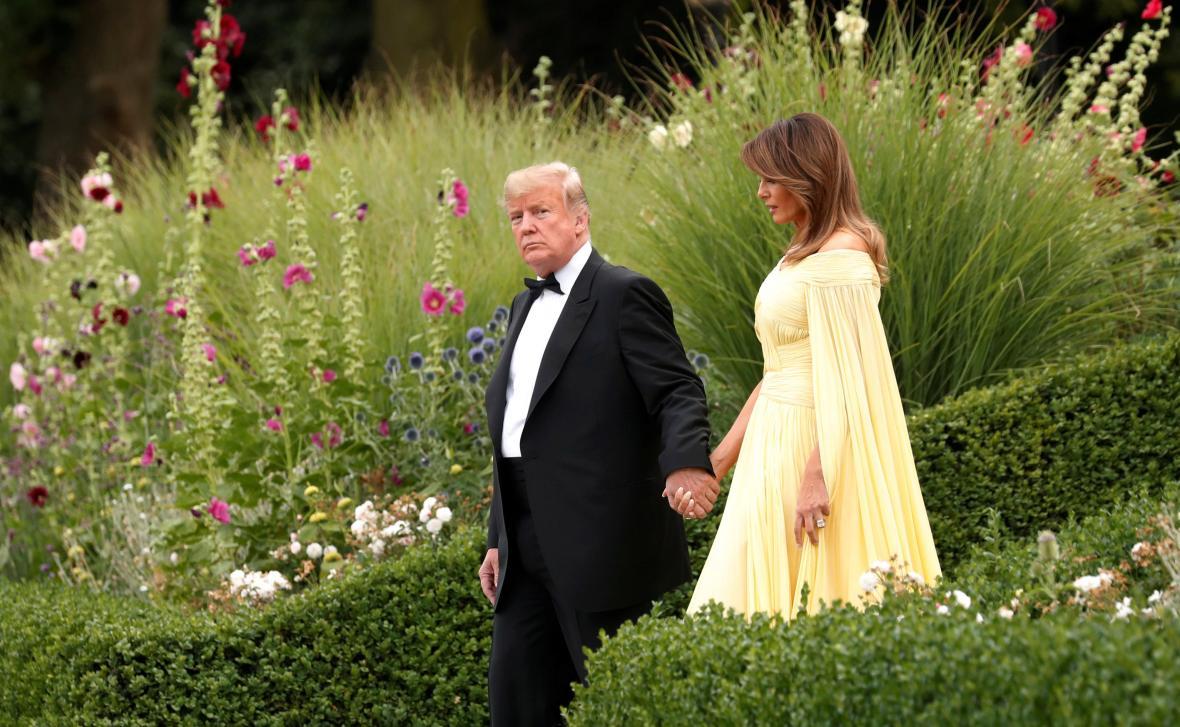 Donald Trump s Melanií na zahradě v Británii
