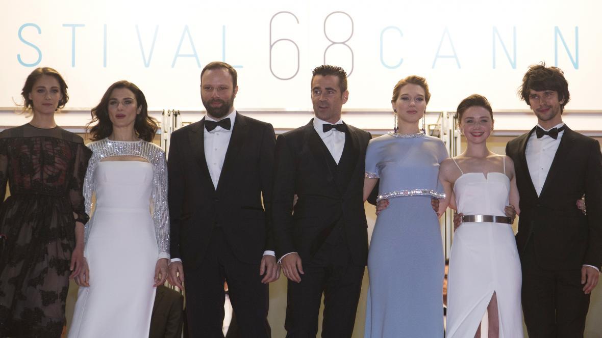 Režisér Yorgos Lanthimos (třetí zleva) s herci filmu Humr