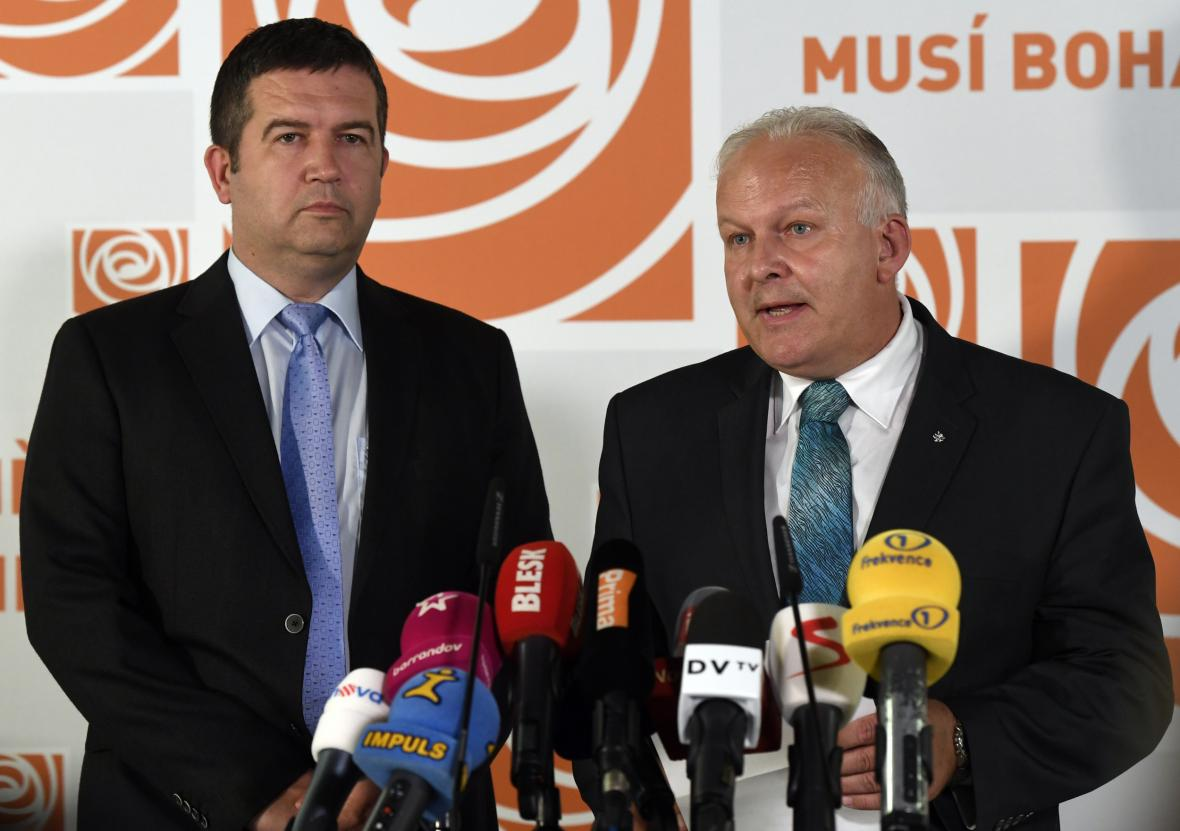Ministr práce a sociálních věcí Petr Krčál (vpravo) a předseda ČSSD Jan Hamáček