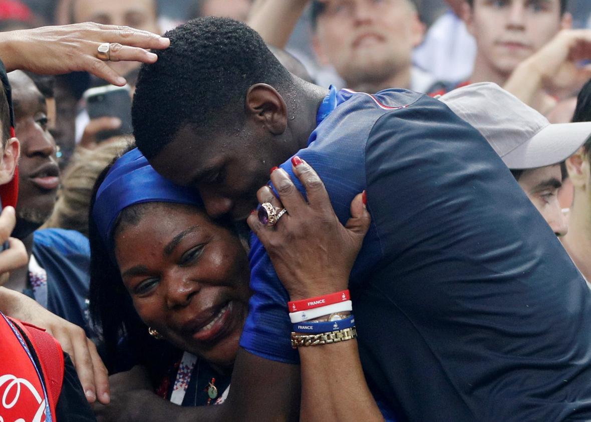 Paul Pogba se radoval se svou matkou přímo na hřišti moskevského stadionu