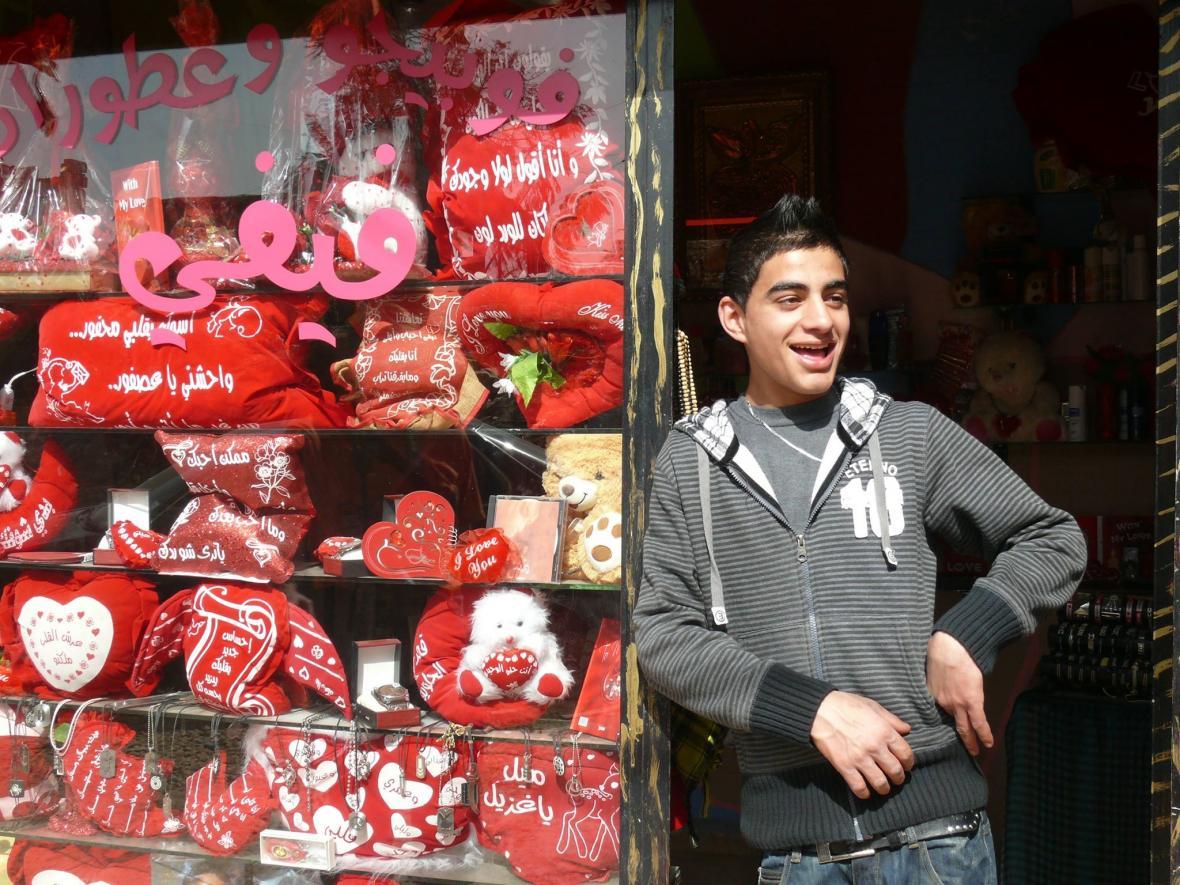 Prodejce valentýnských propriet v uprchlickém táboře Šatíla