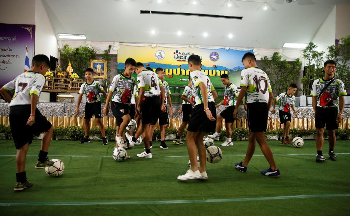 Před zahájením tiskové konferenci se chlapci předvedli s míčem