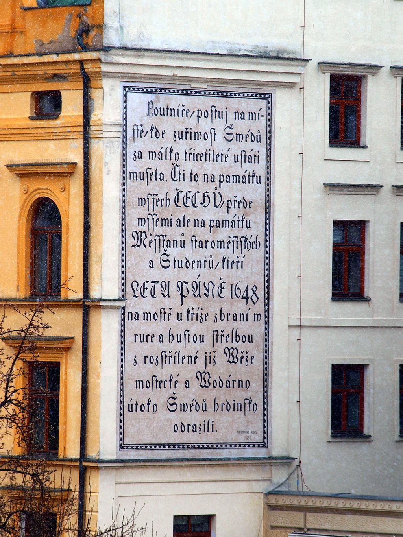 Nápis na Novotného lávce u Karlova mostu oslavuje hrdinství staroměstských občanů a studentů