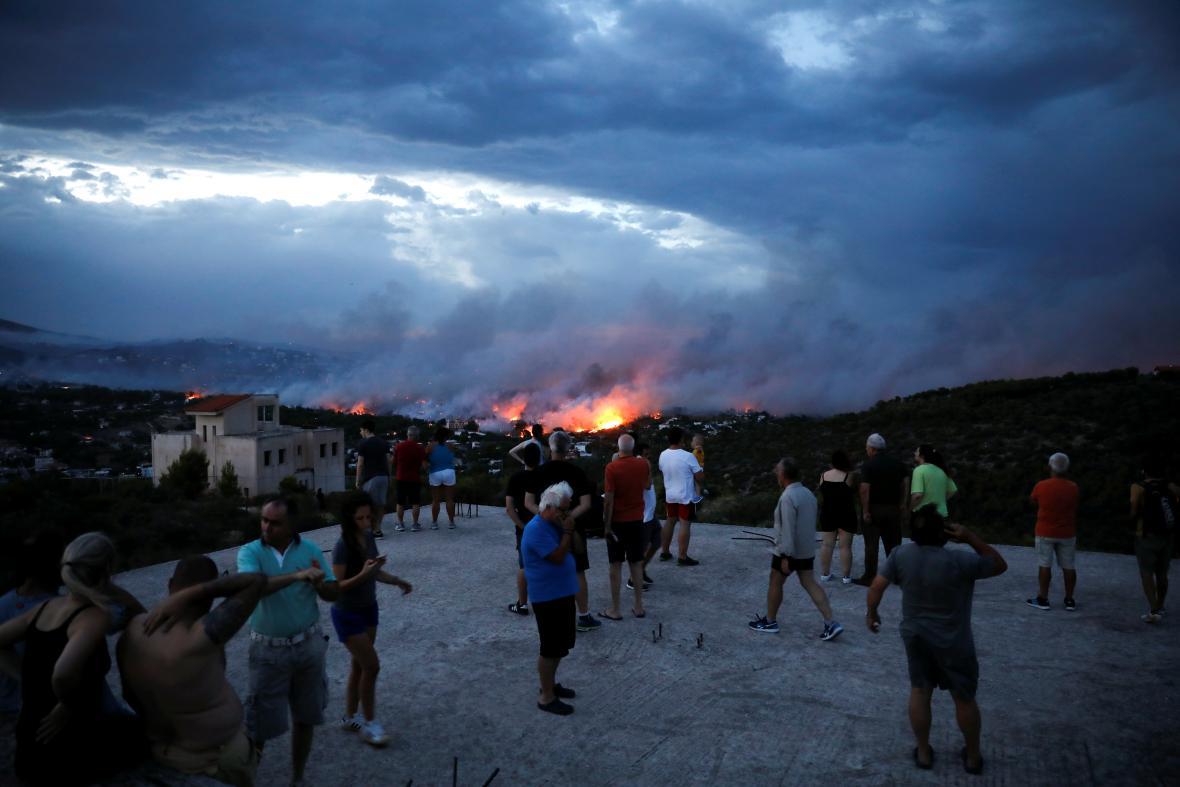 Obyvatelé sledují požár ve městě Rafina