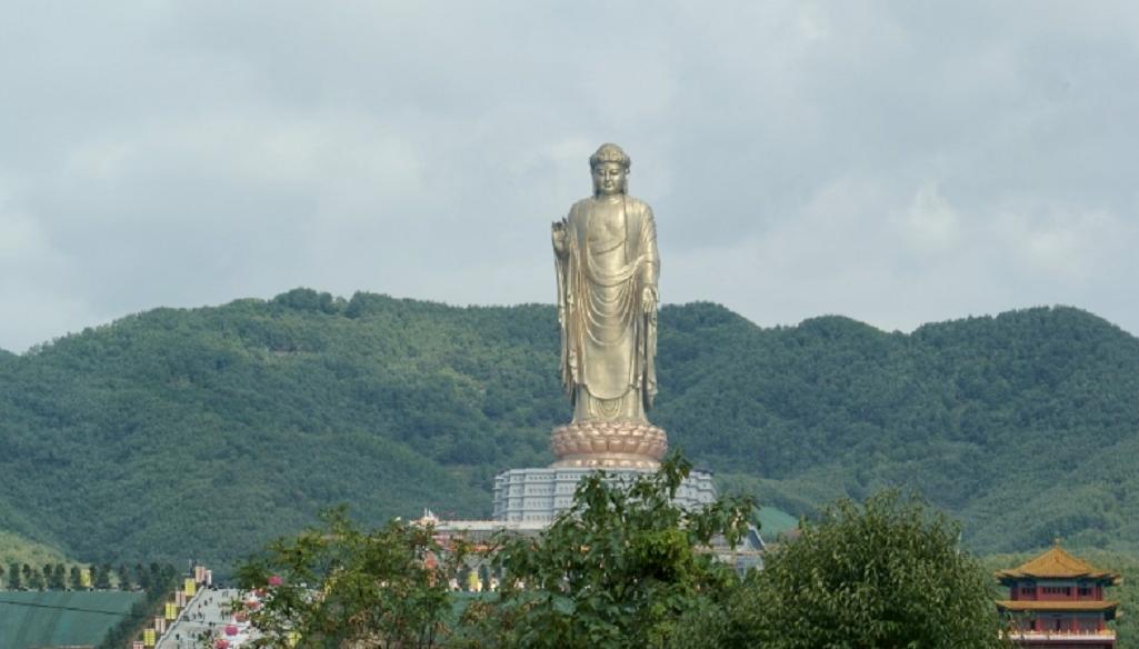 Velký Buddha v Jarním chrámu v Číně