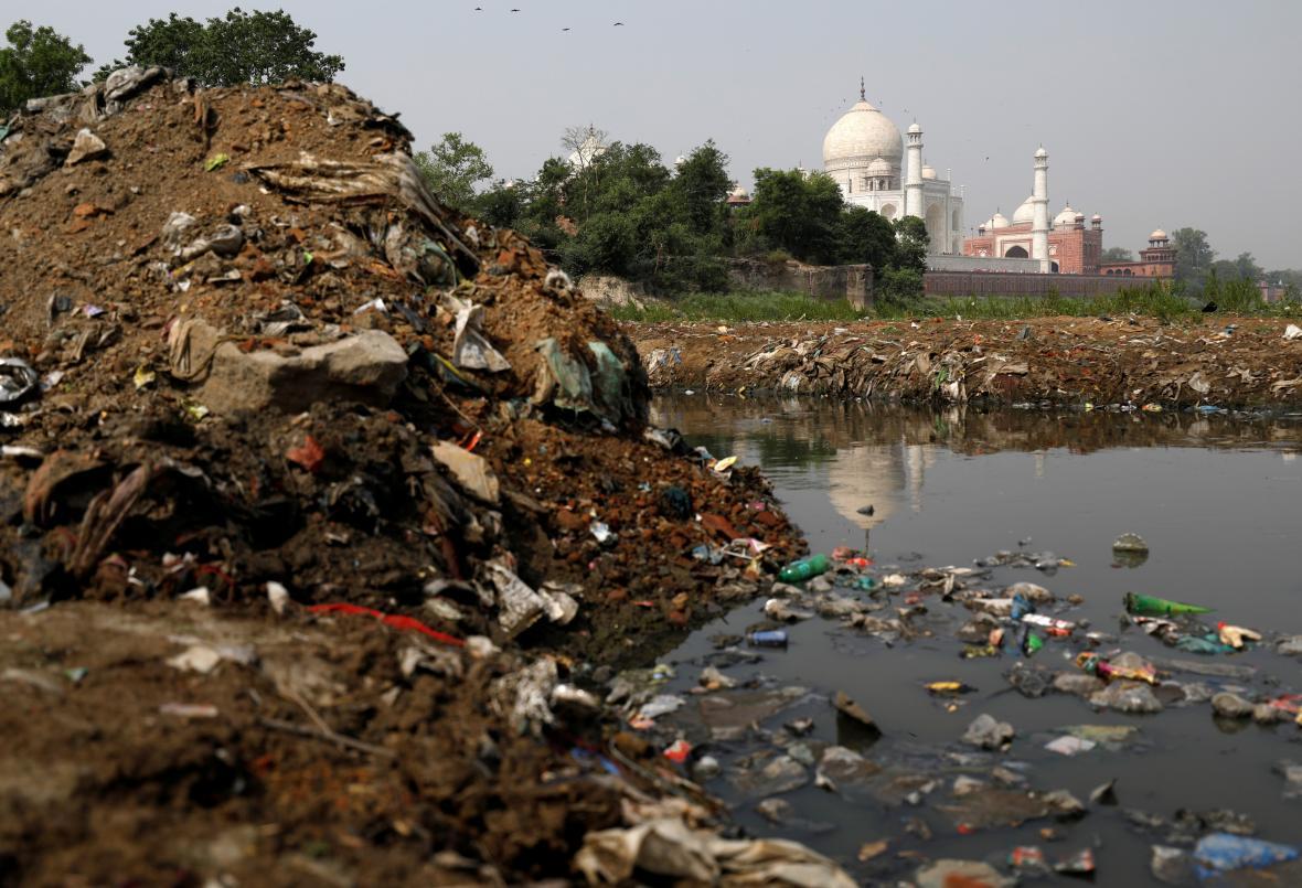 Odpadky u Tádž Mahalu