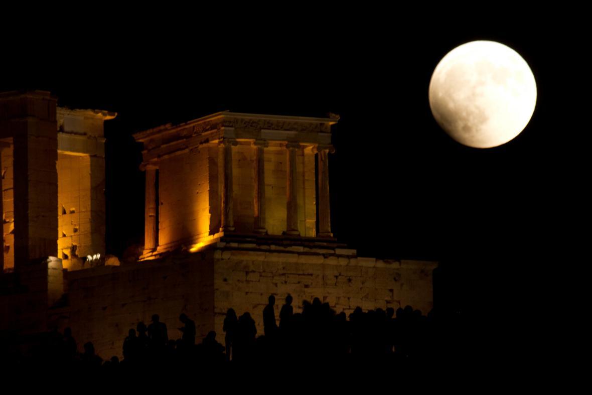 Zatmění Měsíce nad Athénami