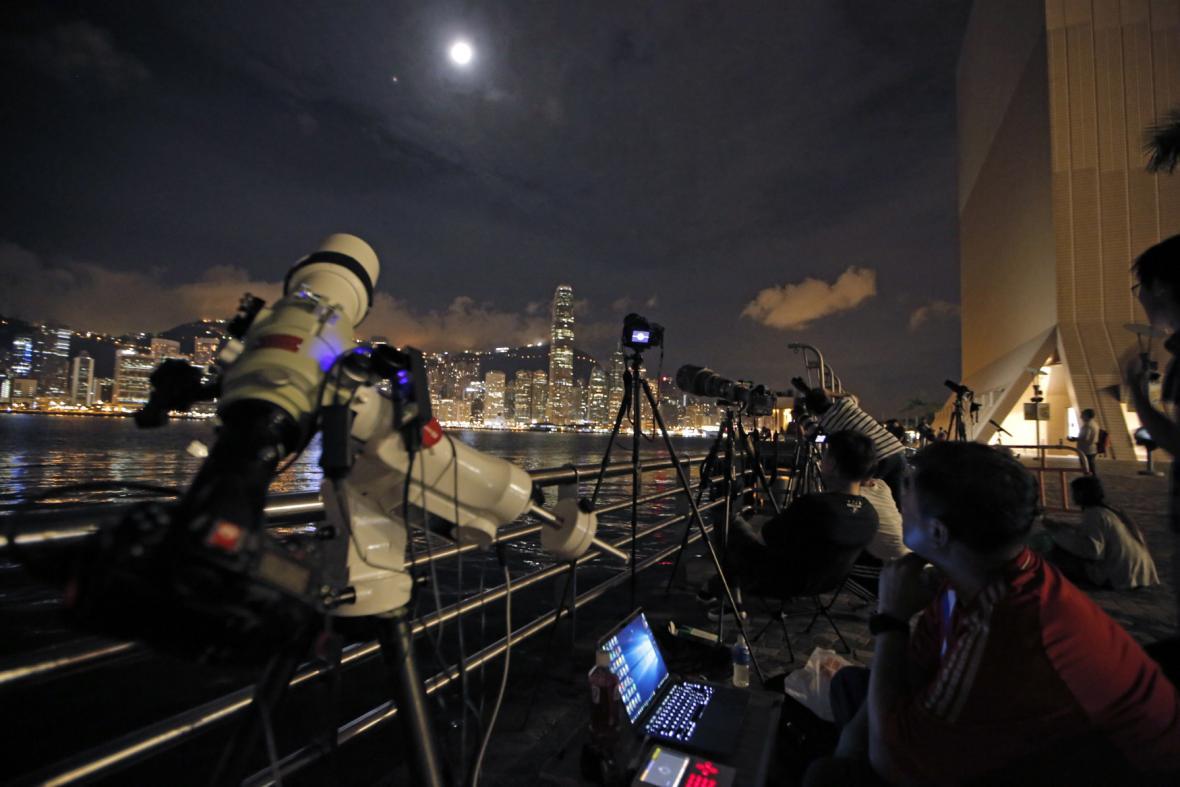 Zatmění Měsíce nad Hongkongem