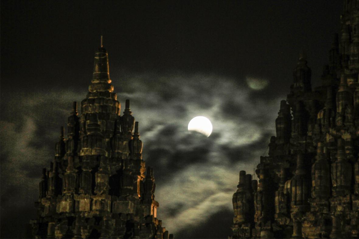 Zatmění Měsíce nad Indonésií