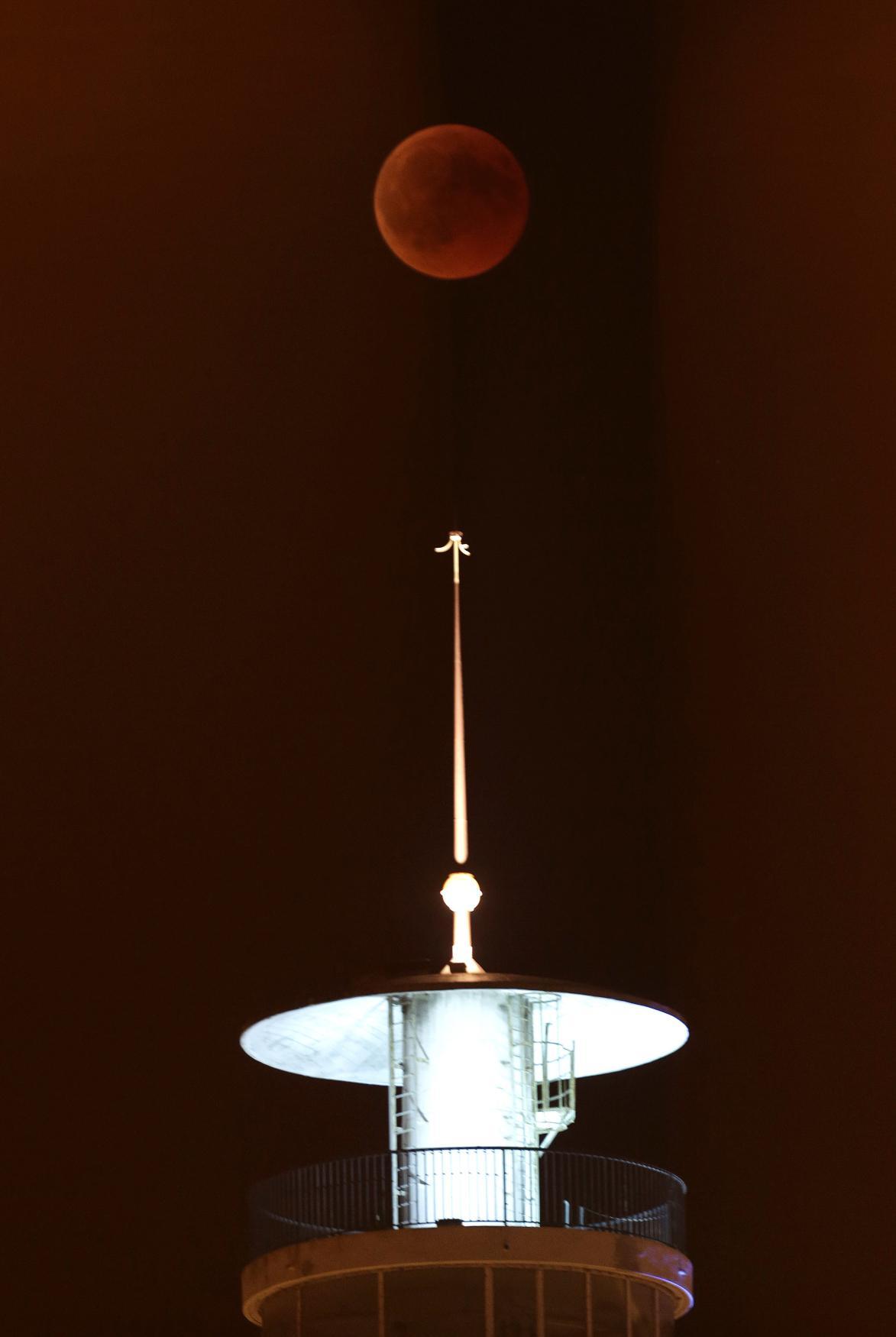 Zatmění Měsíce nad Paříží