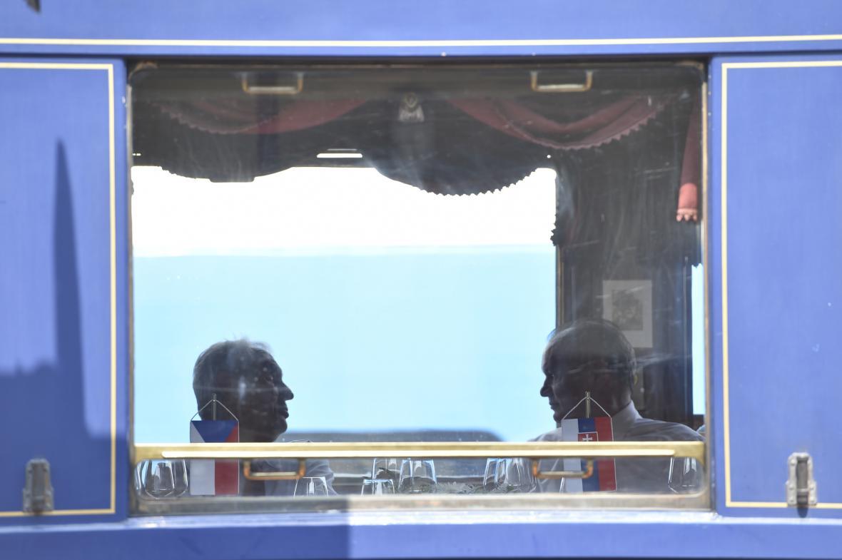 Miloš Zeman a Andrej Kiska v historickém vlaku