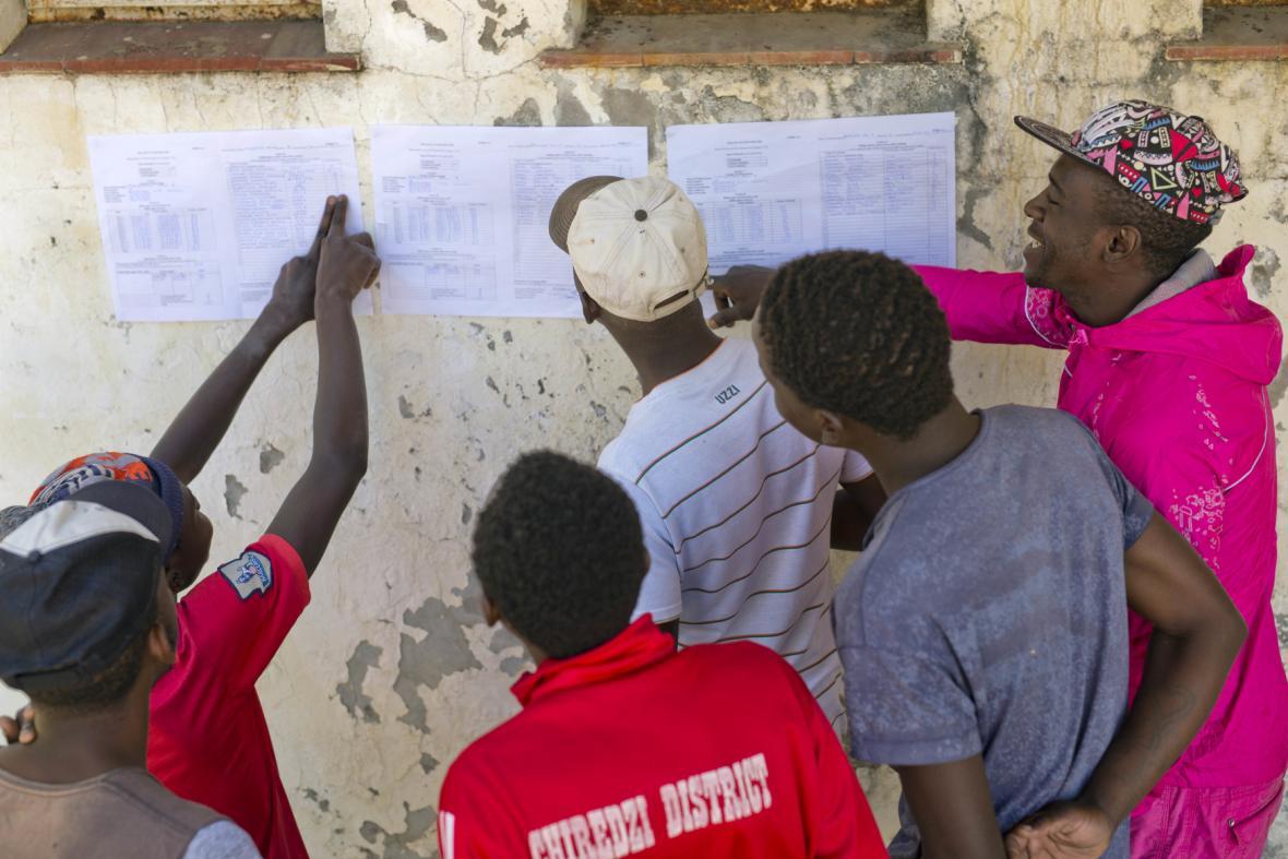 Lidé kontrolují výsledky voleb v Zimbabwe