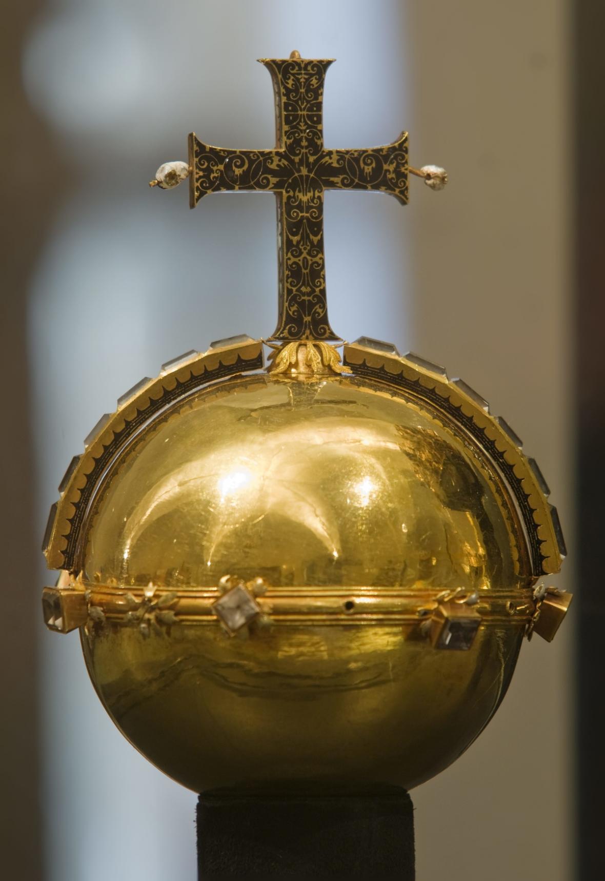 Ukradeno bylo i královské jablko a kříž