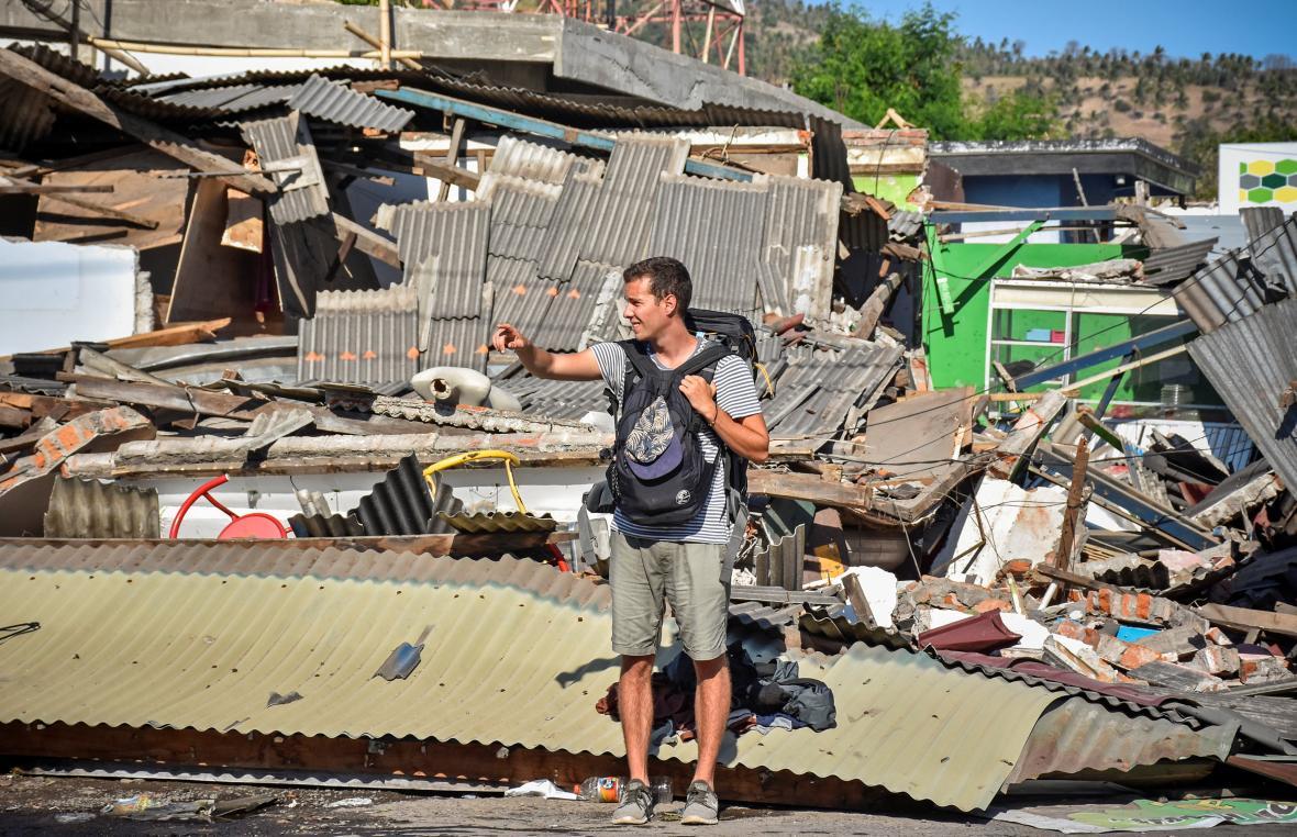 Zahraniční turista na Lomboku zasaženém zemětřesením