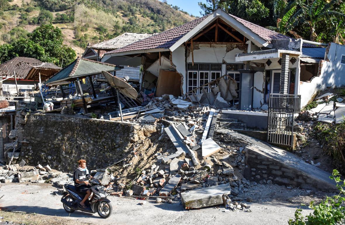 Poškozené domy na severu ostrova Lombok