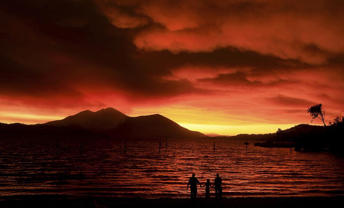 Evakuovaní Američané sledují zdálky požáry