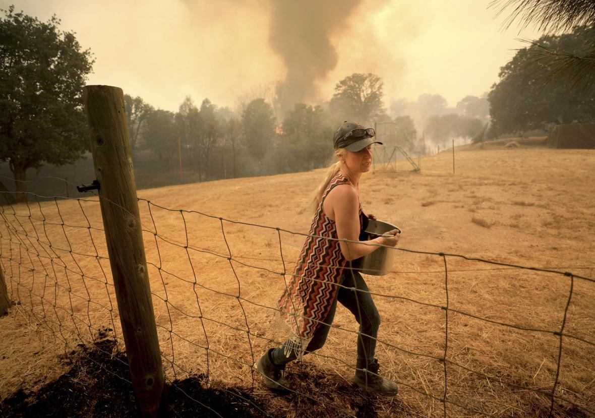 Plameny zasáhly i kalifornské Spring Valley