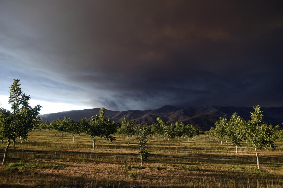 Kouř z požárů je viditelný na kilometry daleko