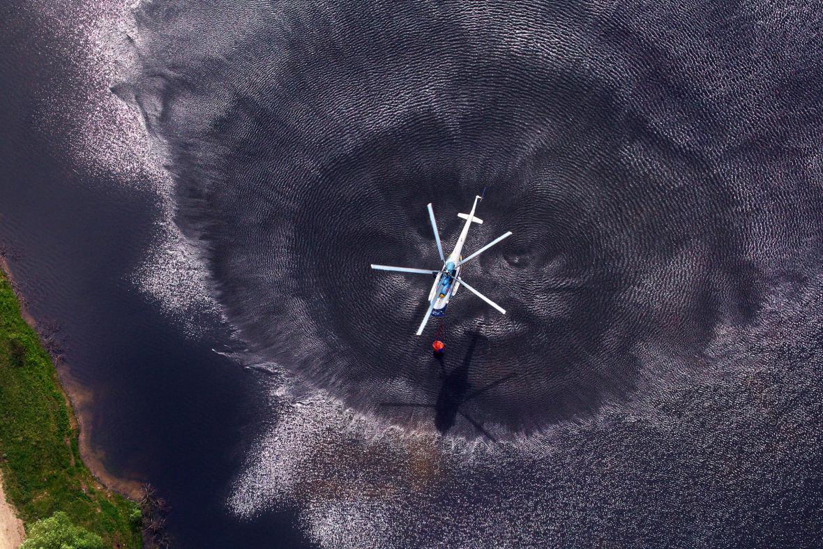 Vrtulník Mil Mi-8MTV tankující vodu do vaku