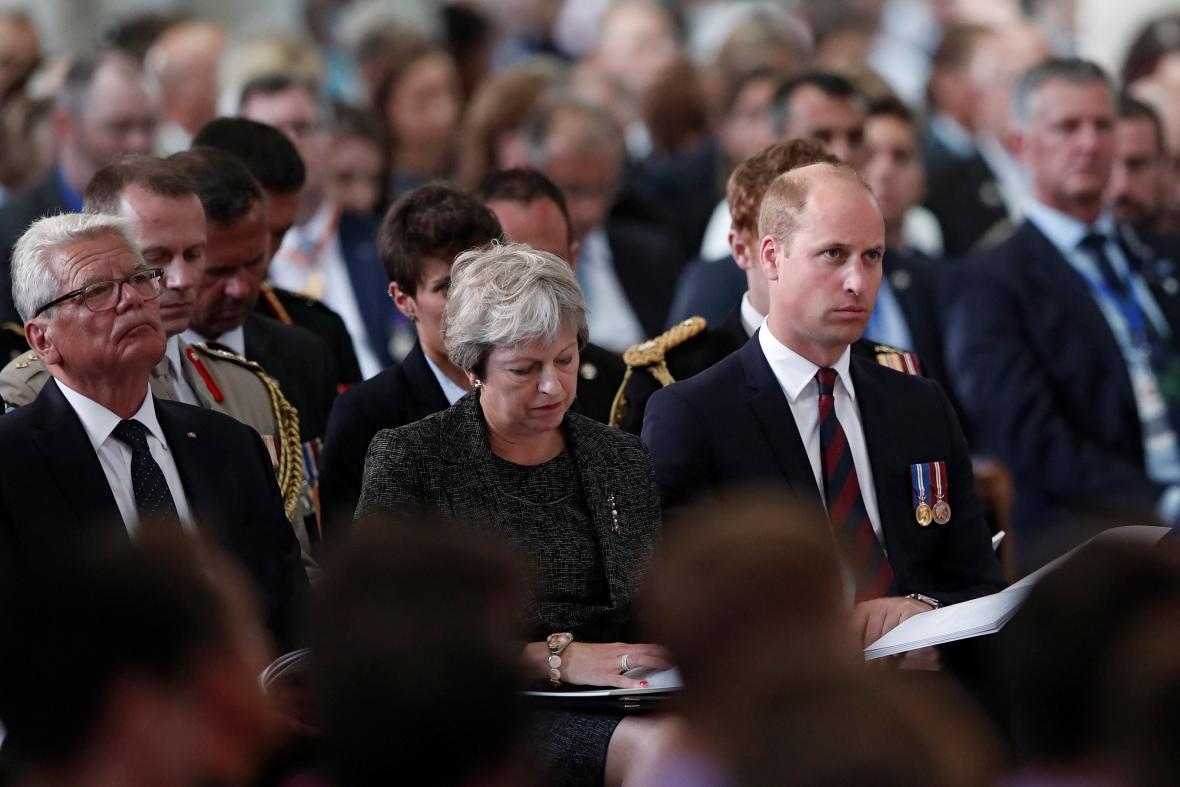 Britská premiérka Theresa Mayová a princ William na pietní akci ve městě Amiens