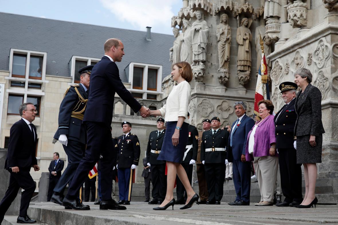 Princ William při příchodu do katedrály ve městě Amiens