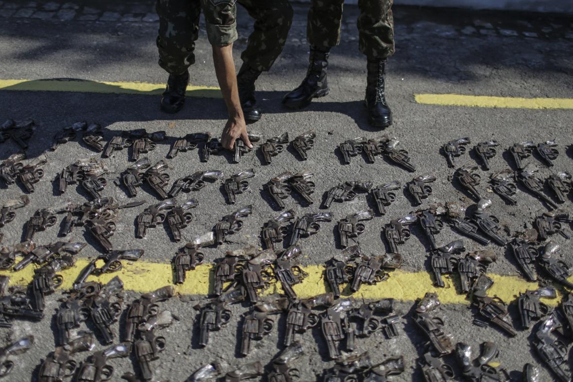 Brazilská armáda zabavila v Riu de Janeiru tisíce zbraní