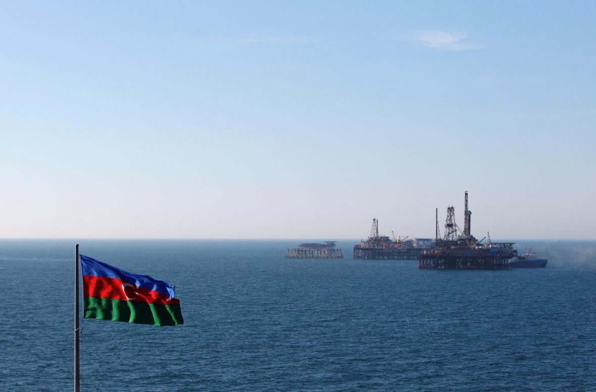 Ázerbajdžánská vlajka nad Kaspickým mořem