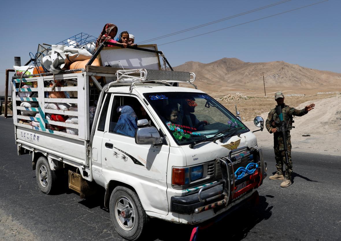 Afghánská rodina projíždí kontrolním stanovištěm u Ghazní