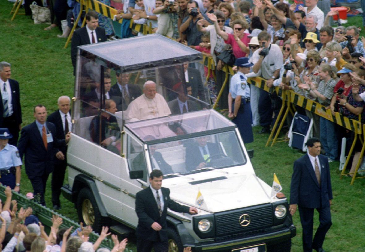 Papež Jan Pavel II. v papamobilu v roce 1995