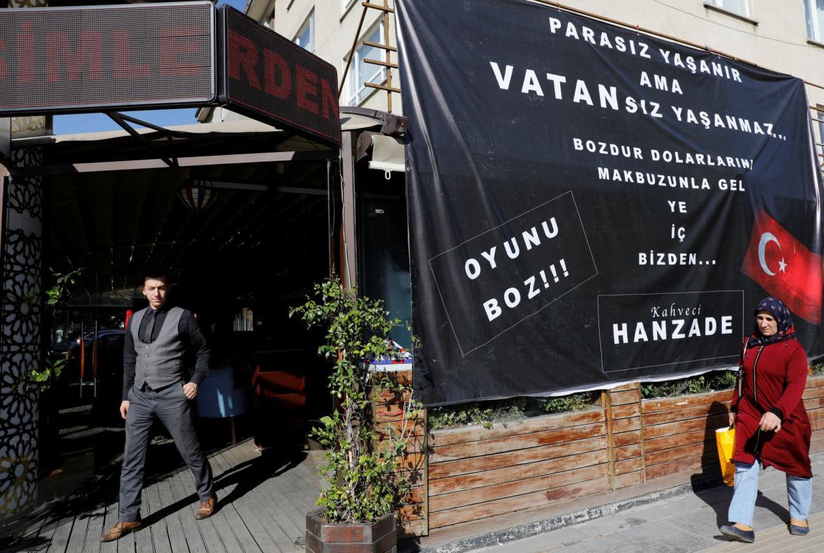 Kavárna v Ankaře nabízí jídlo a pití zdarma lidem, kteří přinesou účtenku o výměně amerických dolarů za liry