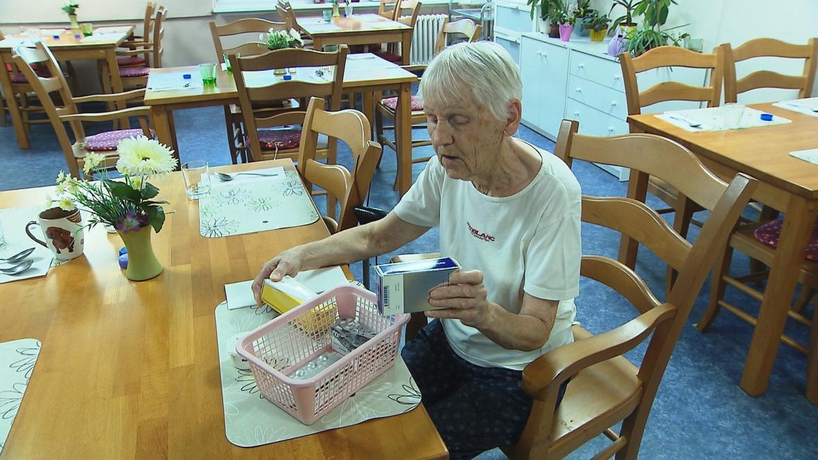 Důchodkyně Věra Vítová měsíčně vydá za doplatky kolem pěti set korun, snížení limitů si proto pochvaluje